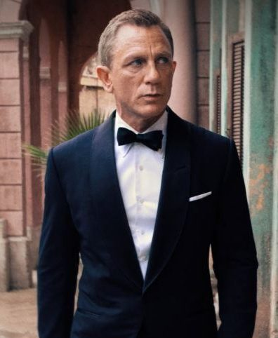 Daniel Craig's pointed collar in No Time to Die.