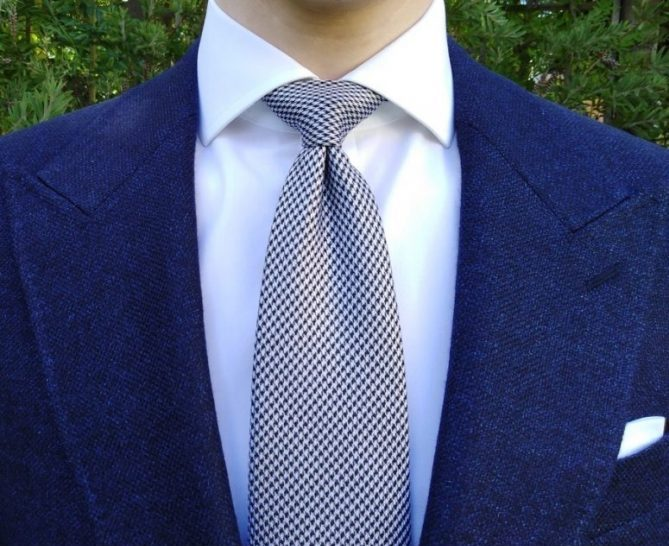 How to wear a tie dimple with a Half Windsor knot.