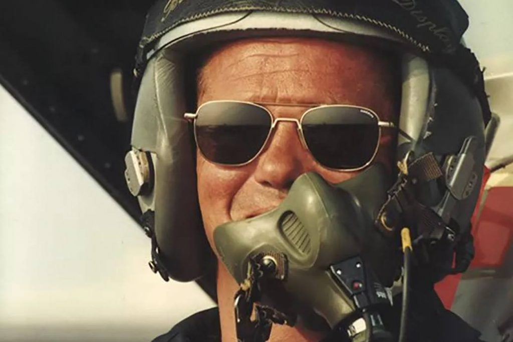 Pilot wearing which sunglasses do pilots wear