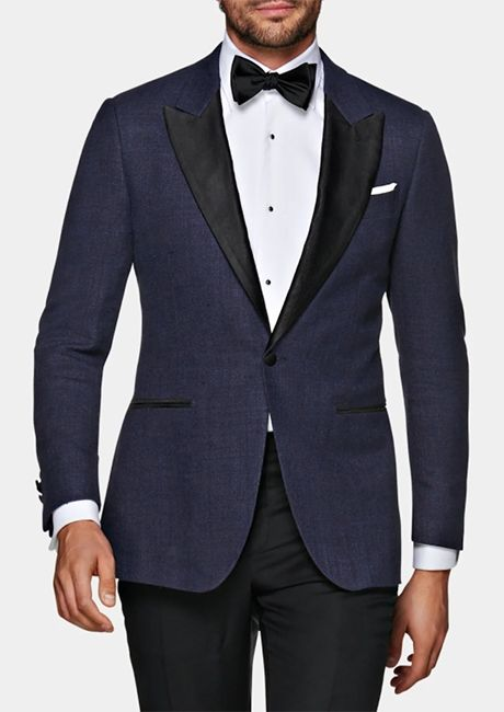 Man in a Suitsupply linen tuxedo dinner jacket outfit